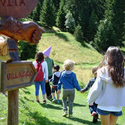 bambini entrano villaggio gnomi