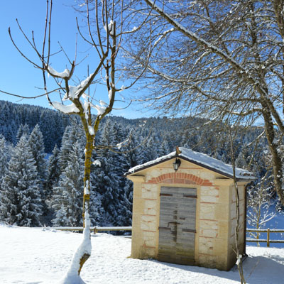 casetta tra la neve