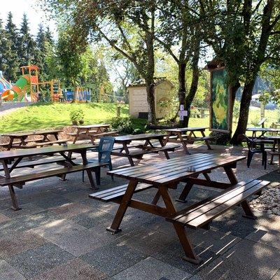 tavoli esterni con vista sul parco giochi w